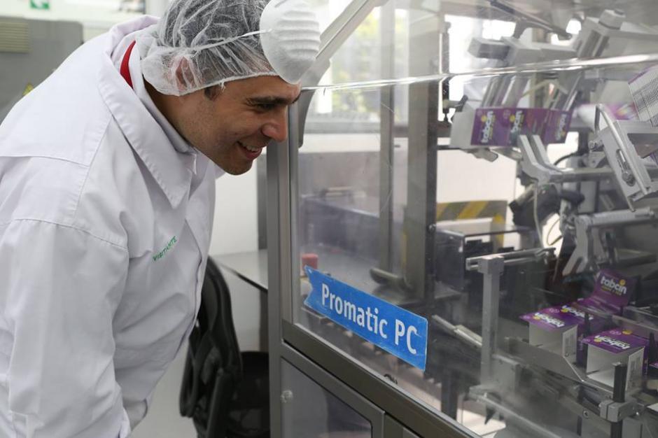 Durante una visita a un laboratorio, Neto Bran utilizó un traje especial. (Foto: Neto Bran/Facebook)