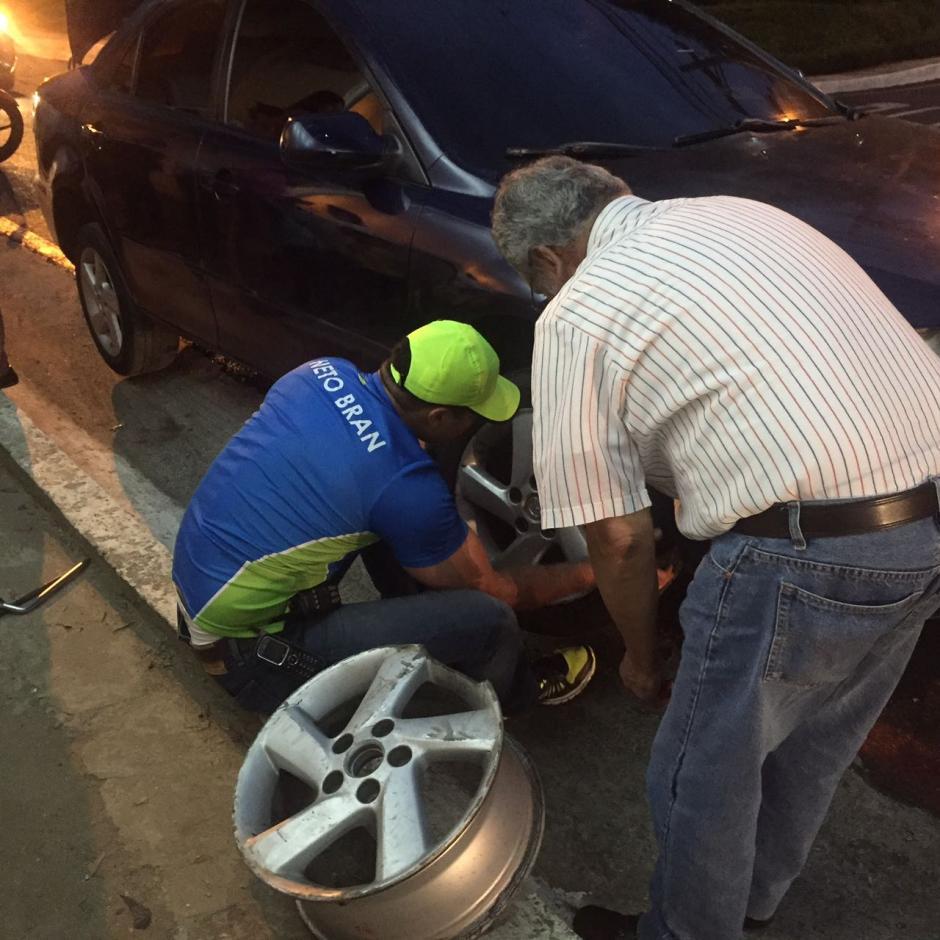 El fin de semana, Neto Bran ayudó a cambiar una llanta en la zona 7 de Mixco. (Foto: Neto Bran/Facebook)