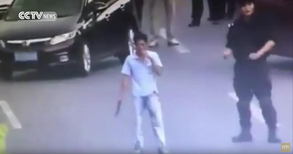 Un hombre amenaza con un cuchillo a los transeúntes. (Captura de pantalla: CCTV News /YouTube)
