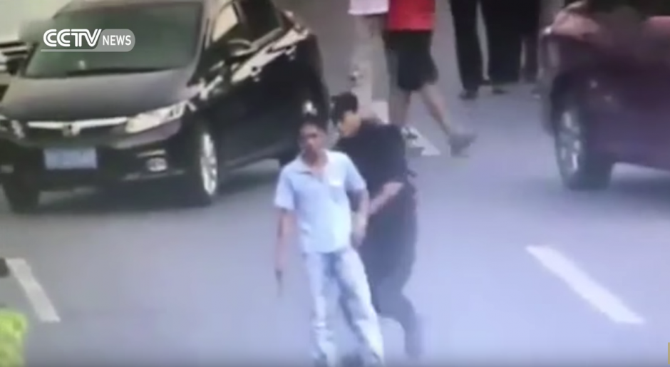 Una mujer miembro de las fuerzas especiales de la policía en China trata de desarmarlo. (Captura de pantalla: CCTV News /YouTube)