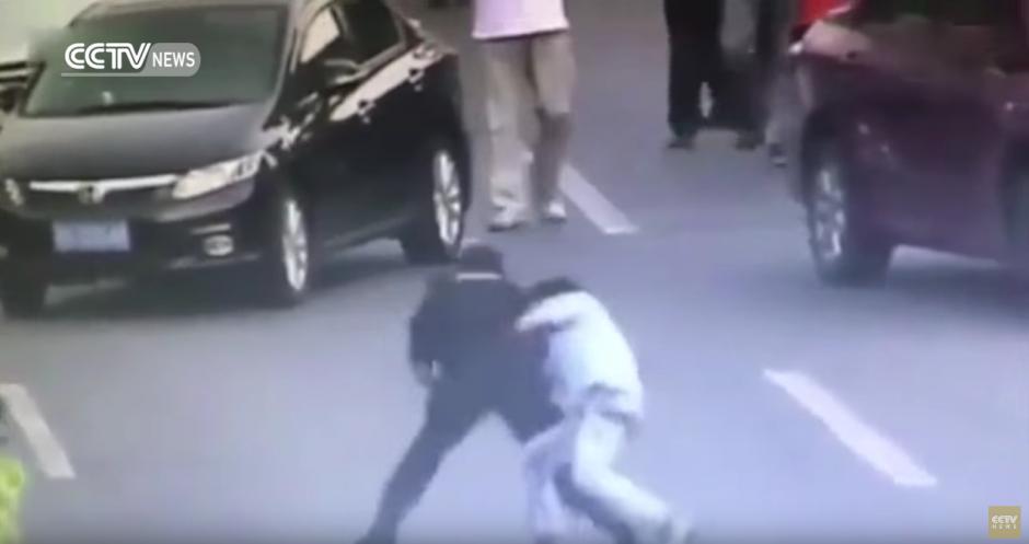 La mujer le aplica una llave para neutralizarlo. (Captura de pantalla: CCTV News /YouTube)