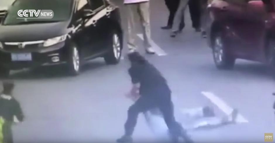 En cuestión de segundos pone al hombre bajo control. (Captura de pantalla: CCTV News /YouTube)