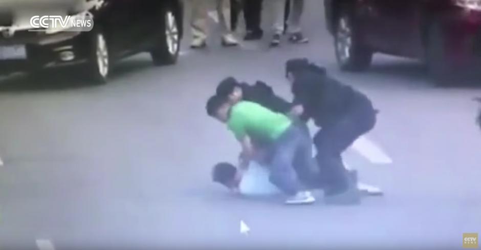 Dos personas esposaron al agresor. (Captura de pantalla: CCTV News /YouTube)