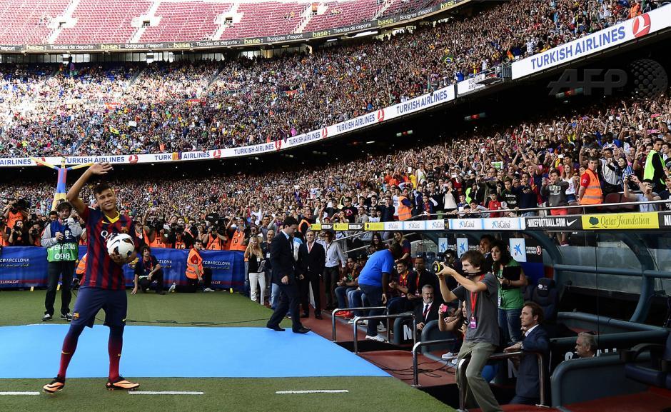 ElbrasileñoNeymar daSilvaSantosJunior, durante su presentaciónen el estadioCamp Nouen Barcelona,el 3 de juniode 2013.LaestrellaNeymarfirmó uncontrato de cincoañoscon elclub españolBarcelona.(Foto:AFP/LLUISGENE)