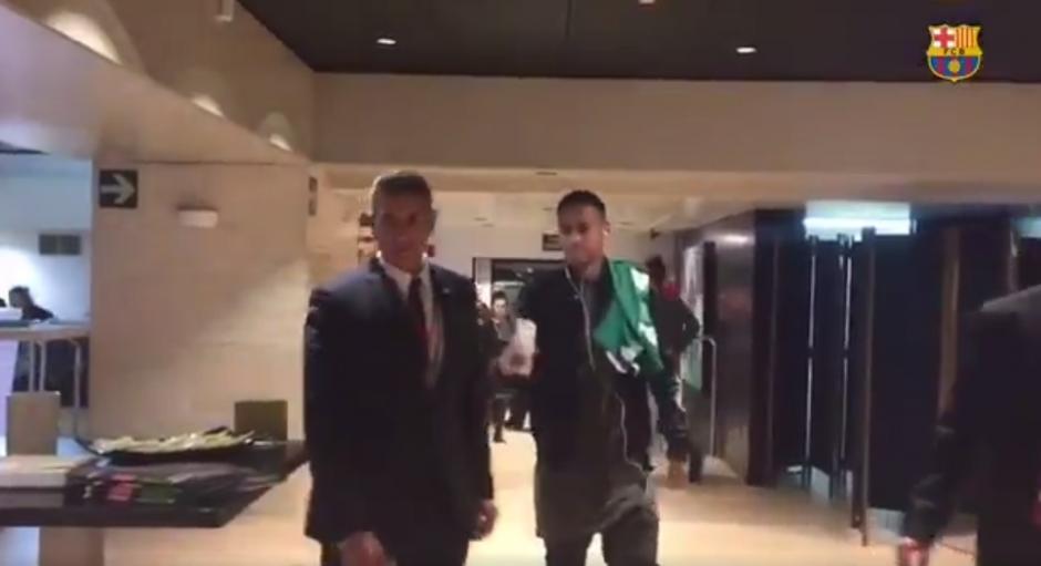 Neymar llega con la camiseta del Chapecoense a los camerinos del Camp Nou. (Imagen: captura de pantalla)