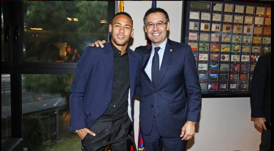 """Ney"", junto al presidente del Barcelona, Josep Maria Bartomeu. (Foto: Twitter/FC Barcelona)"