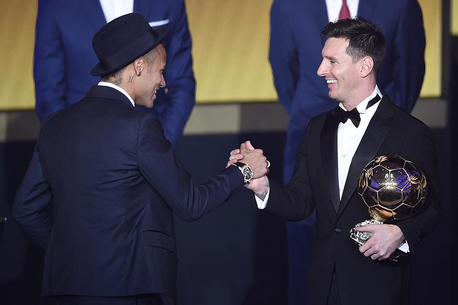 Neymar saluda a Messi en el escenario, tras ganar su quinto Balón de Oro.(Foto: EFE)