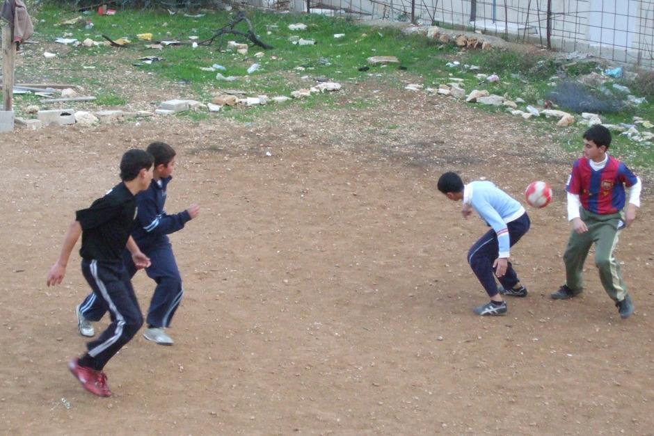 El fútbol es uno de los mayores pasatiempos para los niños palestinos