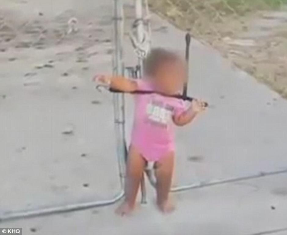 La pequeña fue rescatada por un hombre que escuchó sus gritos. (Foto: Daily Mail)