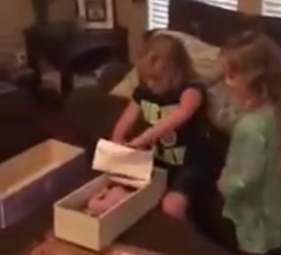 La niña destapa la muñeca y no puede evitar la emoción. (Captura de pantalla: News Things)