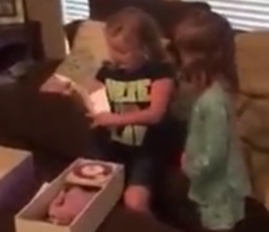 Cuando se entera que es la muñeca que soñaba, no podía creerlo. (Captura de pantalla: News Things)