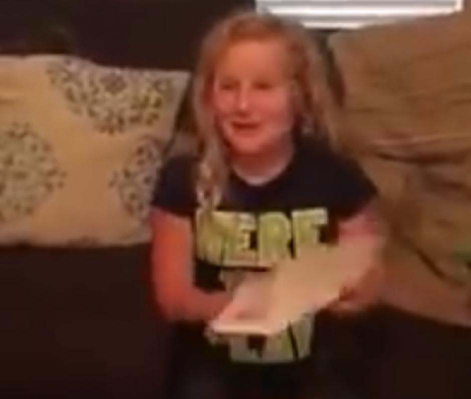 La niña lee la carta que viene con la muñeca. (Captura de pantalla: News Things)