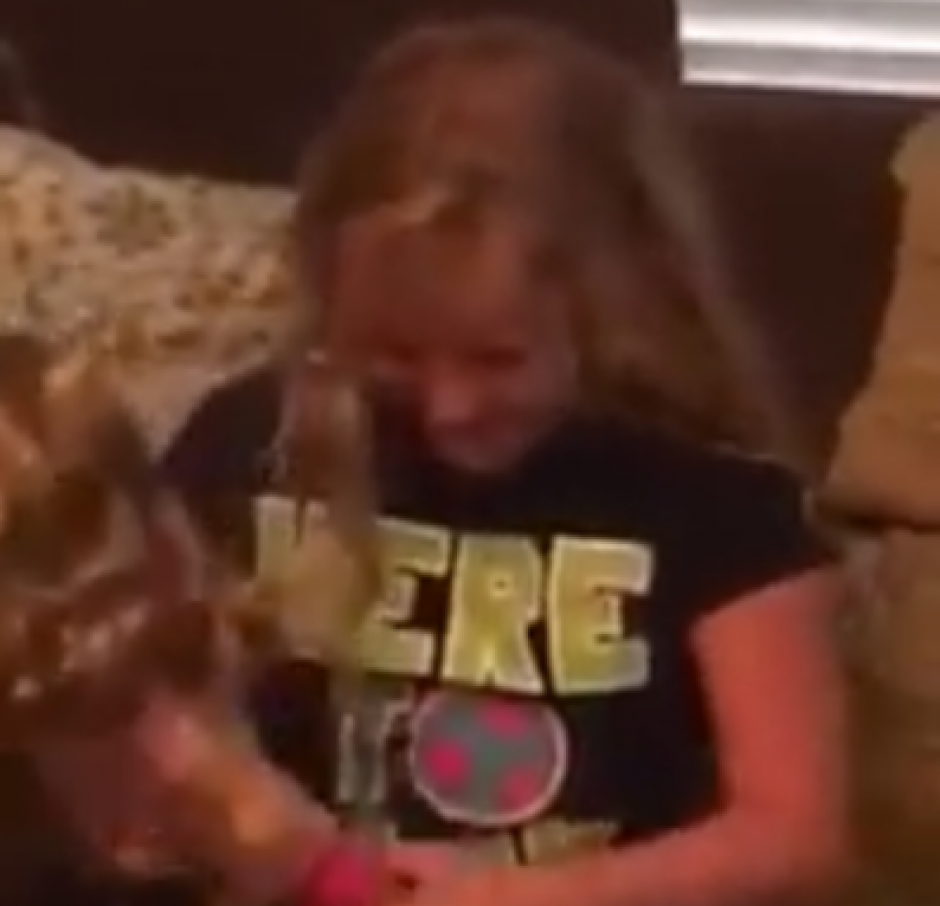Emma llora de la emoción al darse cuenta que la muñeca tiene una pierna con prótesis. (Captura de pantalla: News Things)