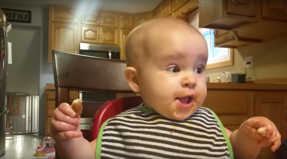"""La risa de la pequeña además de contagiosa, resulta ser """"tenebrosa"""". (Imagen: captura de YouTube)"""