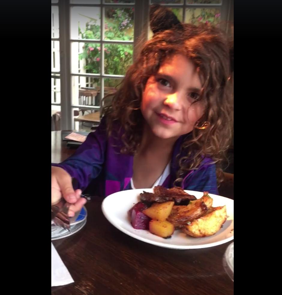 Al recibir su comida, la pequeña decide regalarla a un hombre sin hogar. (Imagen: captura de Facebook/Eddie Scott)