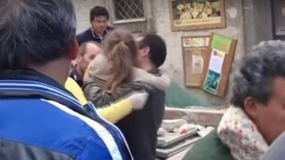 Al final la niña que estuvo 17 horas atrapada, salió con heridas leves. (Foto: Twitter)