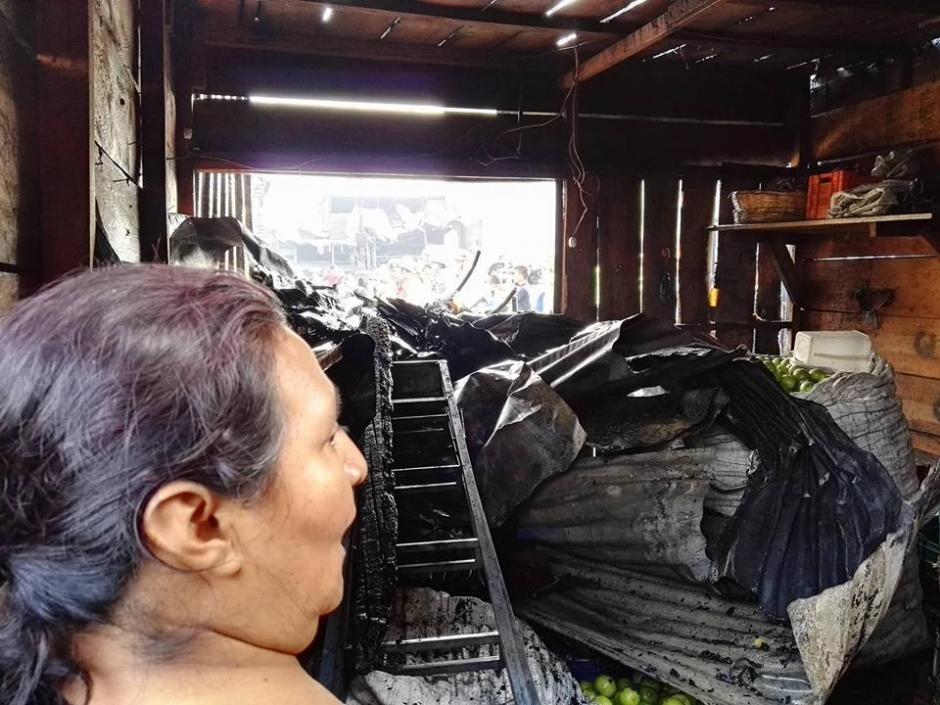 Así quedaron muchos locales comerciales por el incendio en La Terminal. (Foto: Gustavo E. Méndez/Soy502)