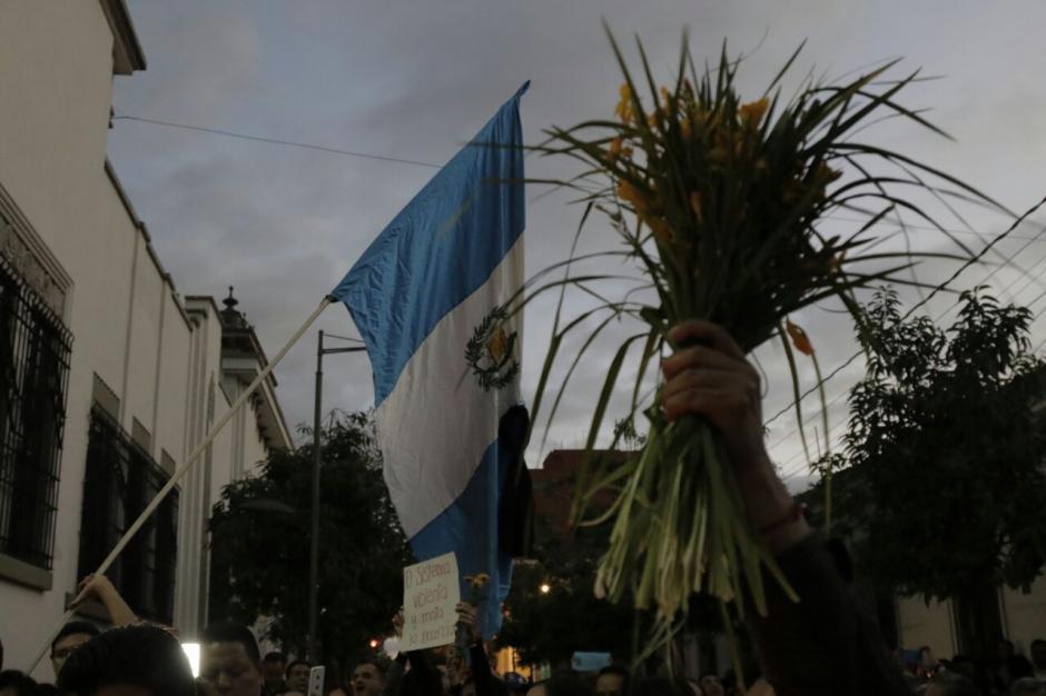 Como en las protestas de 2015, la bandera Nacional sobresalió. (Foto: Alejandro Balan/Soy502)