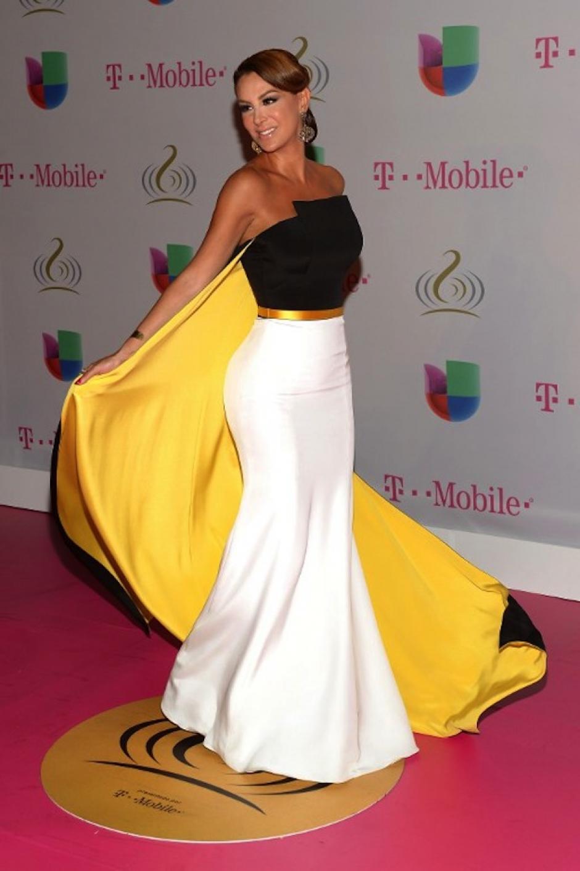 Ninel Conde sorprendió con un look sencillo y elegante para la alfombra magenta en Premio lo Nuestro. (Foto: AFP)