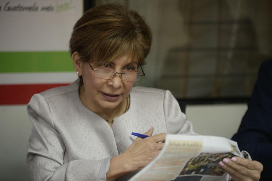 La diputada Nineth Montenegro leyó algunos testimonios de niñas del Hogar Seguro. (Foto: Wilder López/Soy502)