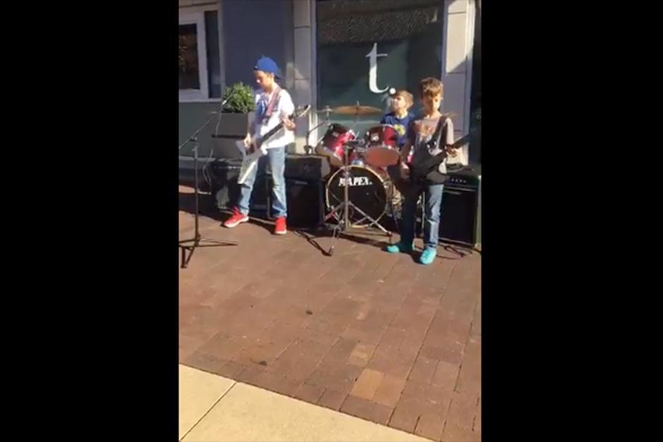 Una mujer subió un video a su página de Facebook donde se observa a tres niños en la plaza Countrty Club en Kansas. (Foto: Facebook)