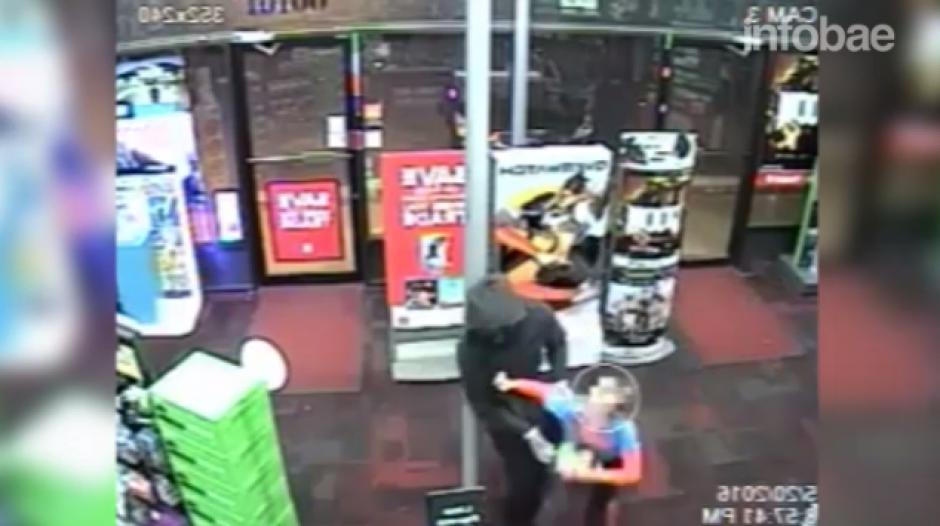 Cuando el ladrón lo tomó del brazo el menor lo golpeó en el estómago. (Foto: Tomado de YouTube)