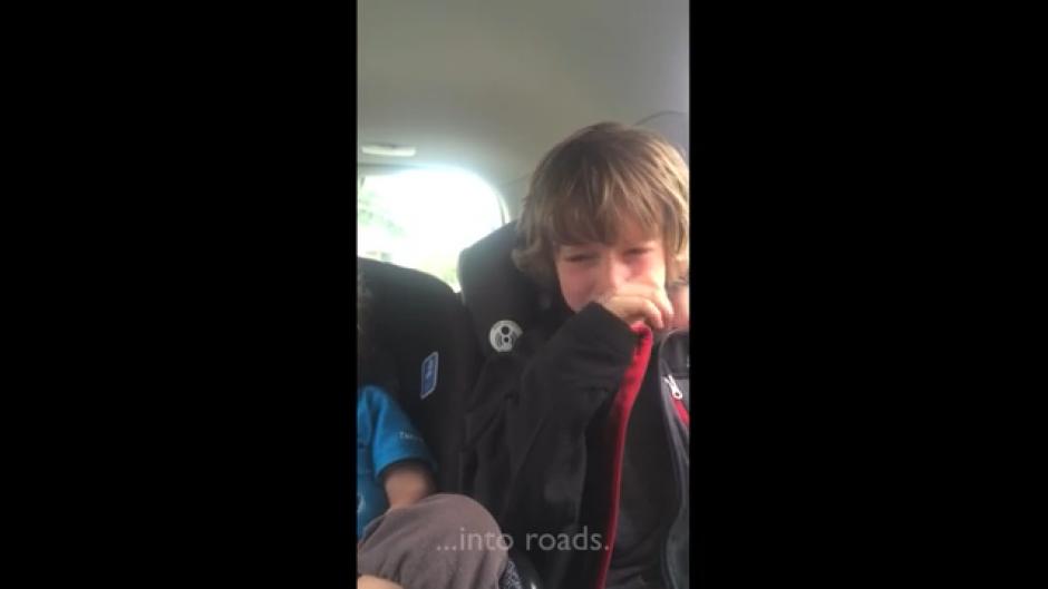 """Entre sollozos el niño se cuestiona """"¿qué le están haciendo a los animales?"""". (Foto: Tomado de Youtube)"""