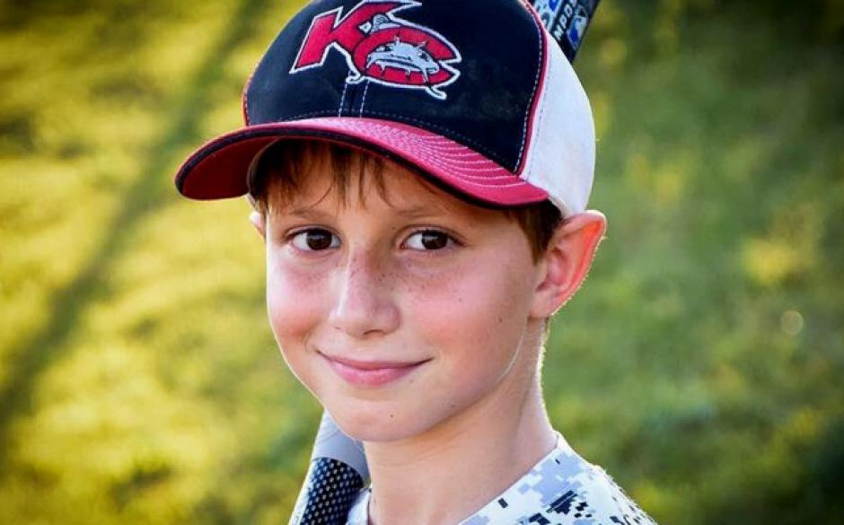 El niño fue identificado como Caleb Schwab de 12 años, quien es hijo del legislador Scott Schwab. (Foto: www.peopleenespanol.com)