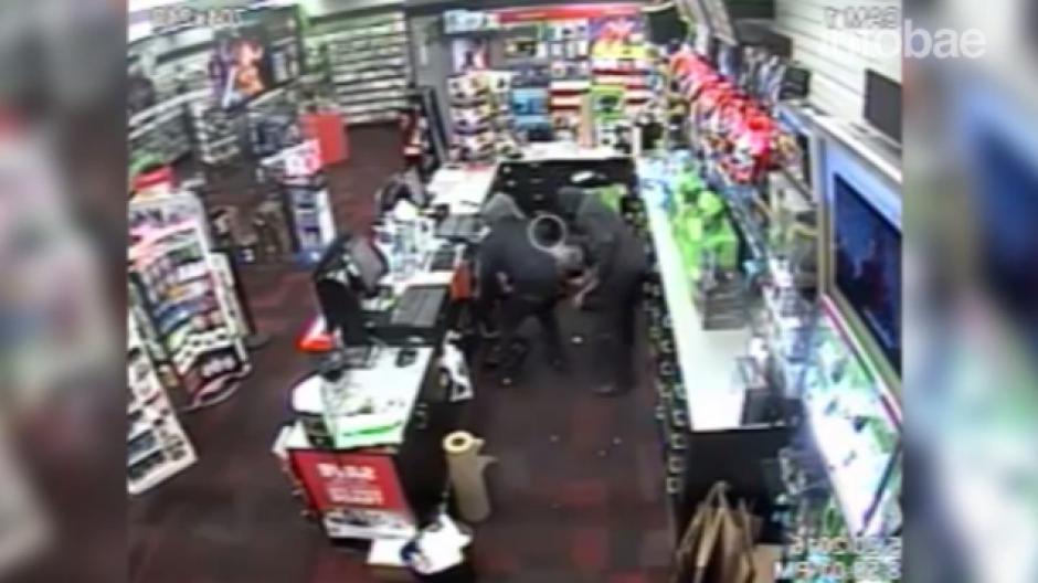 Los ladrones se acercan a la caja para tomar todo el dinero. (Foto: Tomado de YouTube)