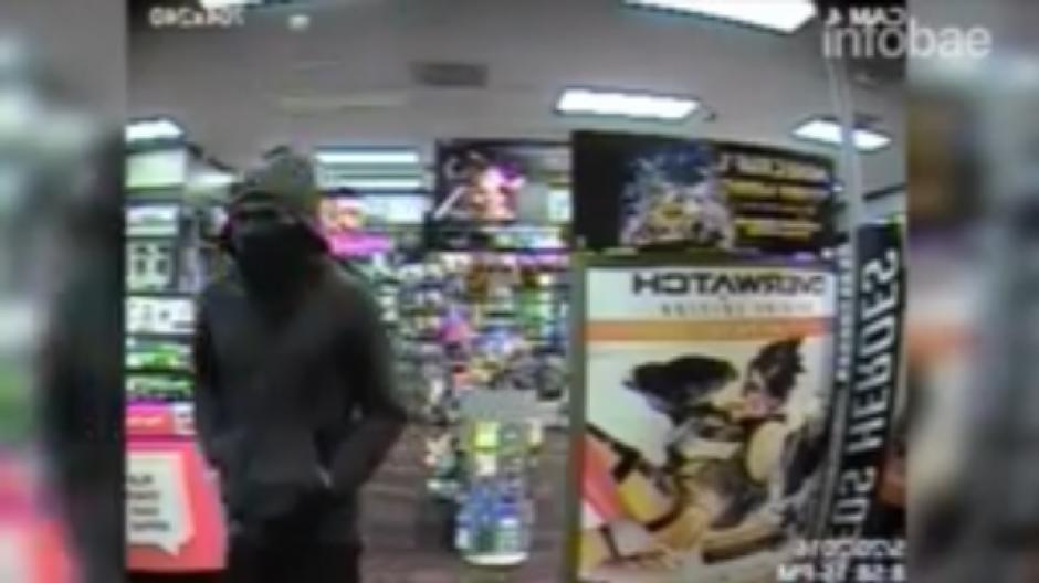 Los ladrones se retiraron del local con el dinero robado. (Foto: Tomado de YouTube)