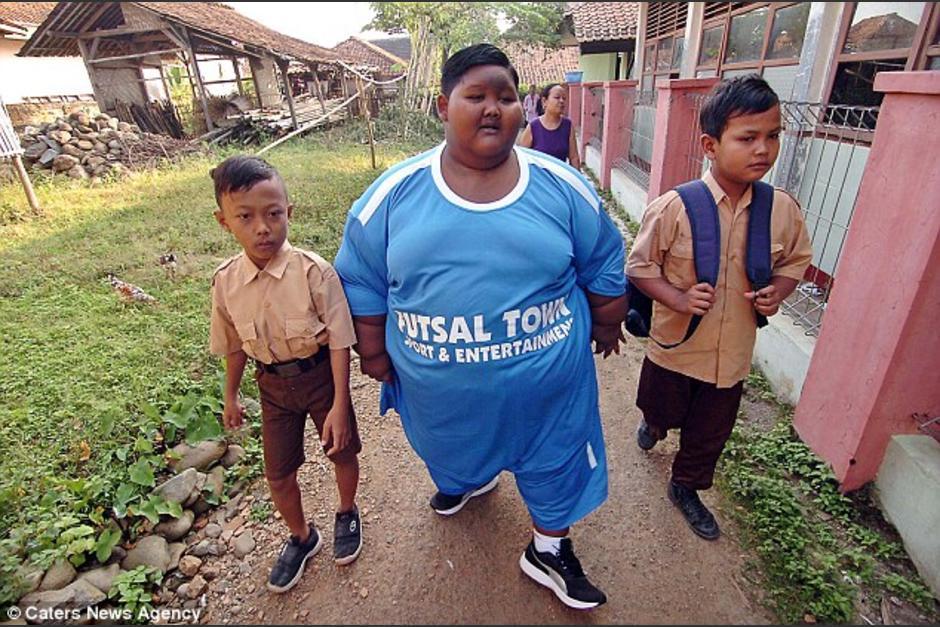 El pequeño Arya Parmana tuvo que abandonar la escuela debido a su obesidad. (Foto: Daily Mail)