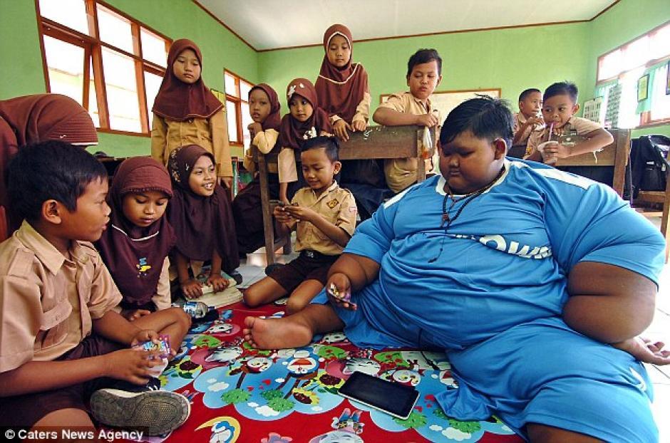 La movilidad del pequeño fue afectada por la obesidad por lo que tuvo que abandonar la escuela. (Foto: Daily Mail)