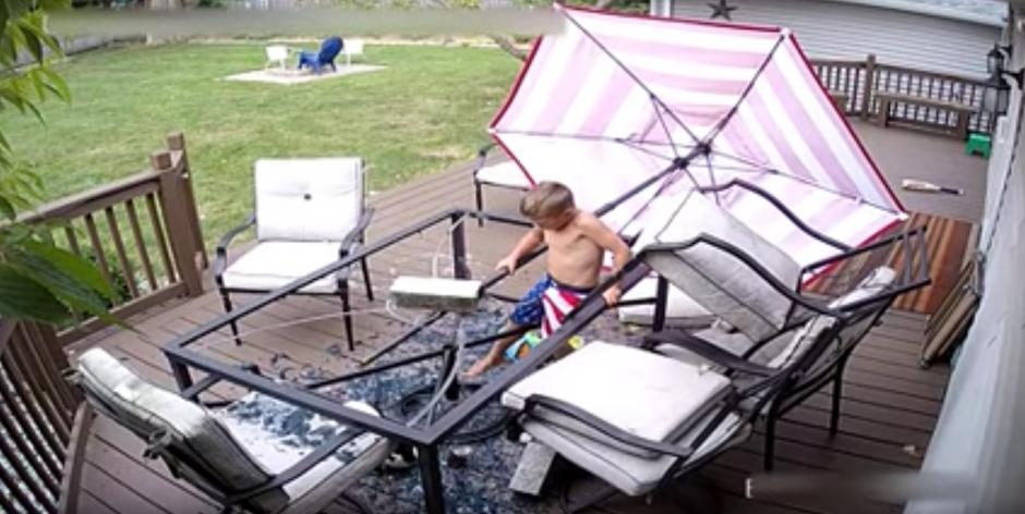 El niño se ve atrapado en medio de un vidrio roto. (Captura de pantalla: Daily Mail)