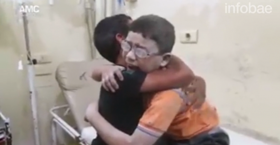 Las imágenes de dos hermanos que se abrazan por la muerte de otro hermano conmueven al mundo. (Foto: www.infobae.com)