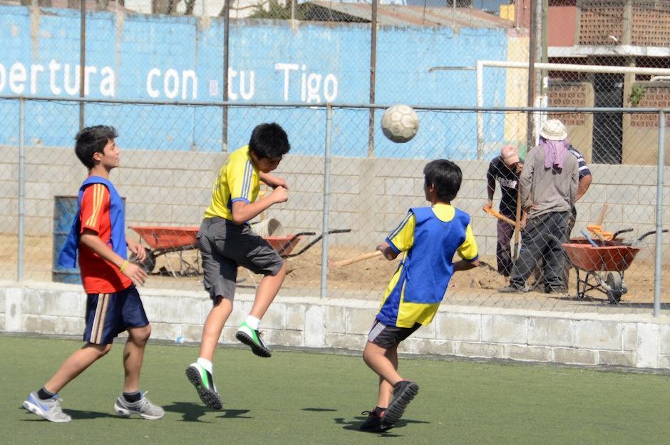 """""""Los patojos"""" también realizan actividades deportivas. La agrupación de niños conoció la """"Copa del Mundo"""" de la FIFA en su arribo a Guatemala en 2014. (Foto: Esteban Biba/Soy502)"""