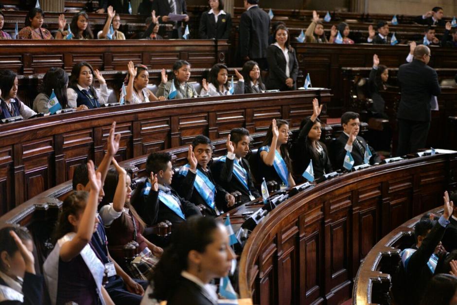Los jóvenes diputados por un día se agruparon en seis bancadas. (Foto: Wilder López/Soy502)