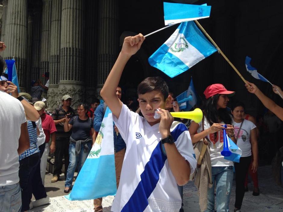 Con banderas y vuvuzelas, los niños participaron en las manifestaciones. (Foto: Archivo/Soy502)