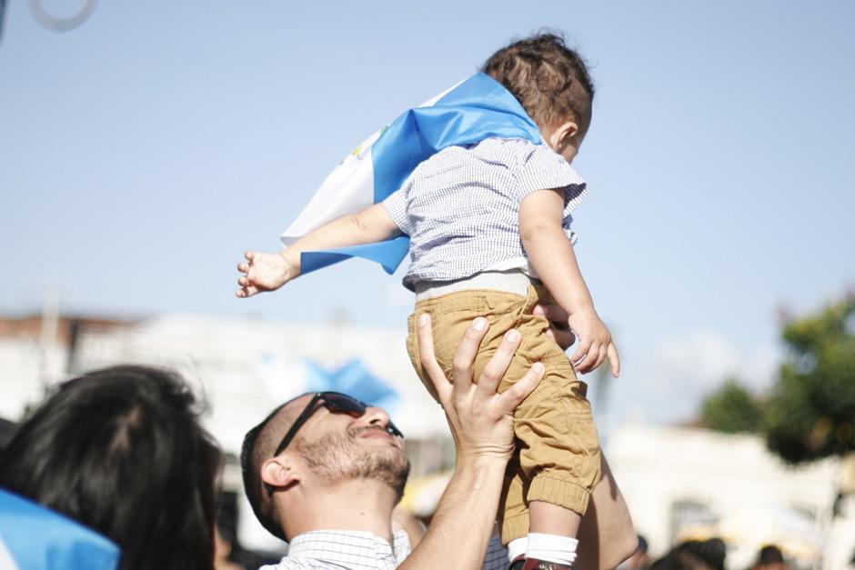 Este pequeño bebé lució la Bandera sobre su espalda. (Foto: Archivo/Soy502)