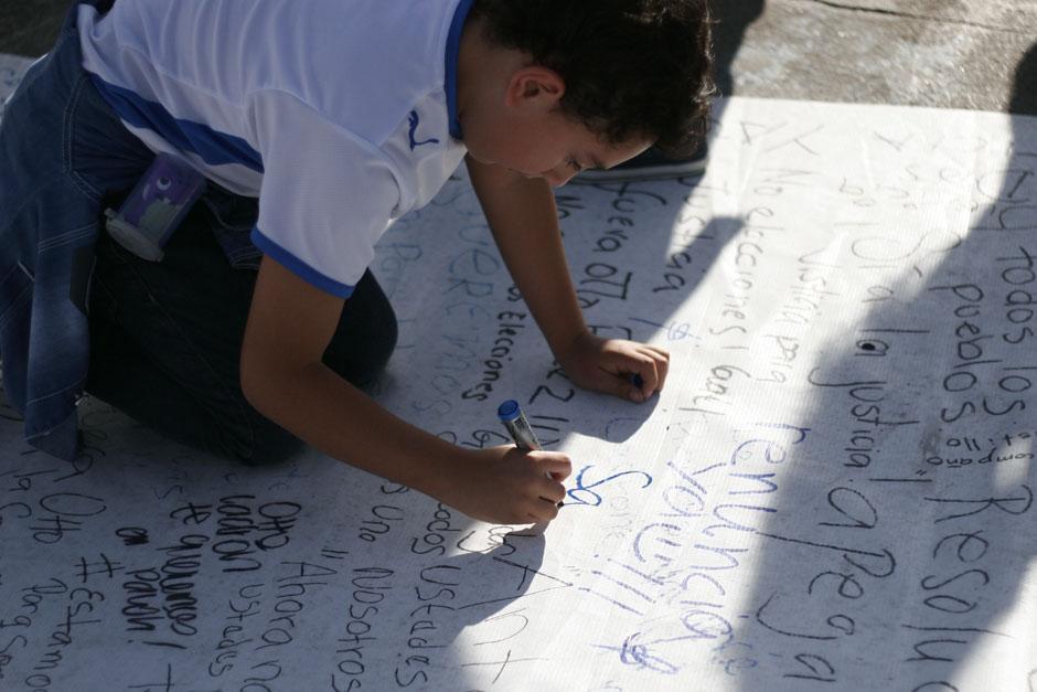 """Los pequeños expresaron su sentir en la """"Alfombra del Pueblo"""". (Foto: Archivo/Soy502)"""