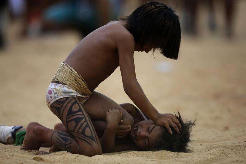 Niños indígenas juegan mientras sus padres compiten en diversas modalidades deportivas. (Foto: EFE)