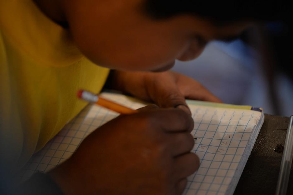 Los niños realizan ejercicios dentro de la clase. (Foto: Wilder López/Soy502)