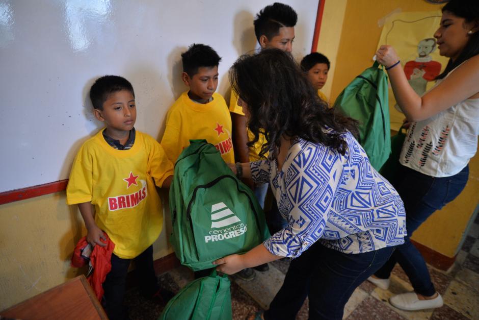 La fundación les regala una mochila con lápices, lapiceros, cuadernos y todo lo que necesitan para integrarse a la clase. (Foto: Wilder López/Soy502)