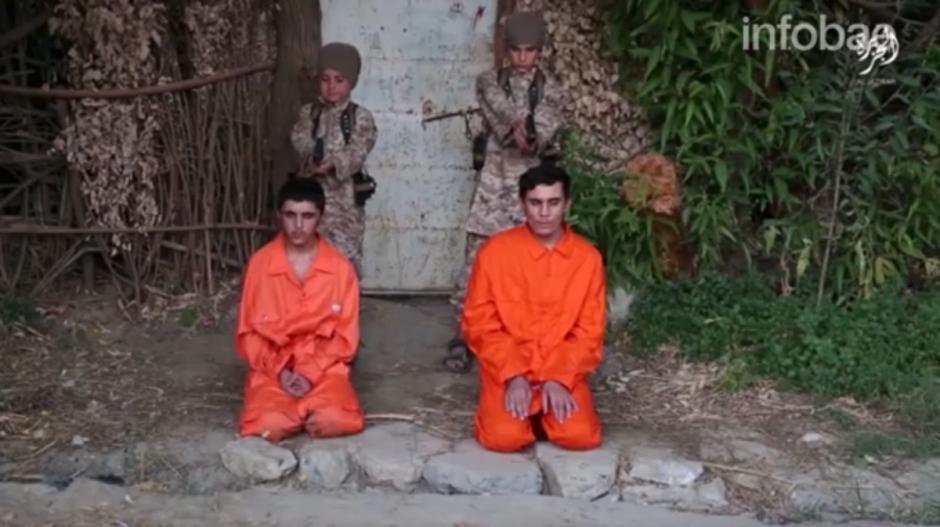 Cuatro niños fueron obligados a ejecutar a igual número de prisioneros. (Imagen: captura de pantalla)