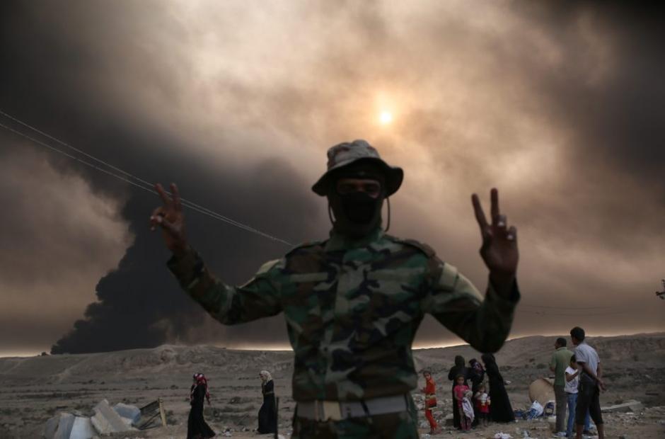 Un soldado celebra la recuperación del espacio invadido por los terroristas. (Foto: The Sun)