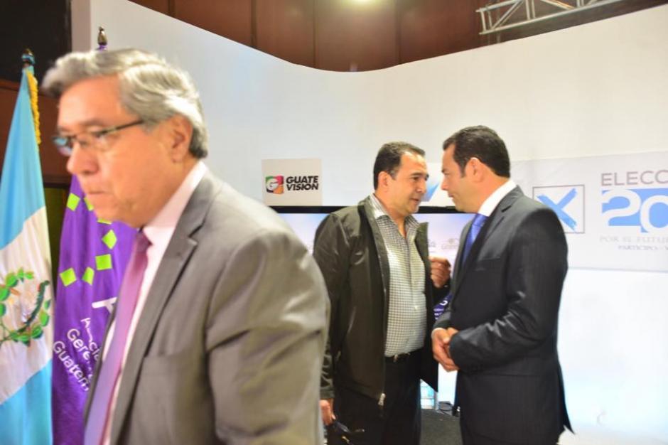 El hermano de Jimmy, Sammy Morales, también se acercó durante los cortes comerciales para dar sugerencias al presidenciable. (Foto: jesús Alfonso/Soy502)