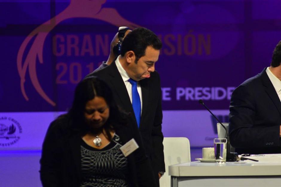 Jimmy Morales haciendo gestos durante los cortes comerciales en el Debate Gran Decisión, organizado por la Alianza Evangélica. (Foto: Wilder López/Soy502)