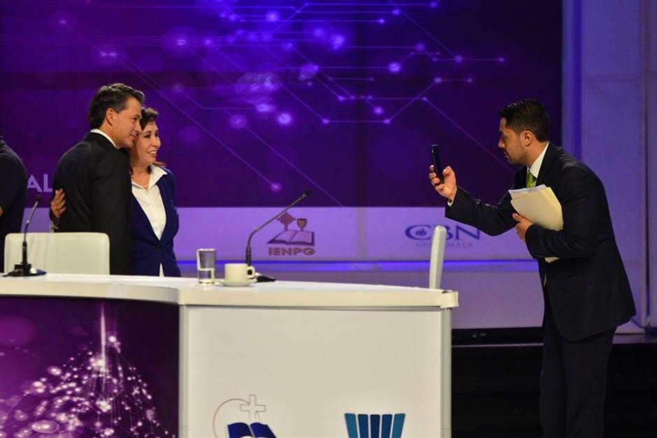 El Pastor Cash Luna se toma una fotografía con Sandra Torres, candidata a la presidencia por la UNE. (Foto: Wilder López/Soy502)