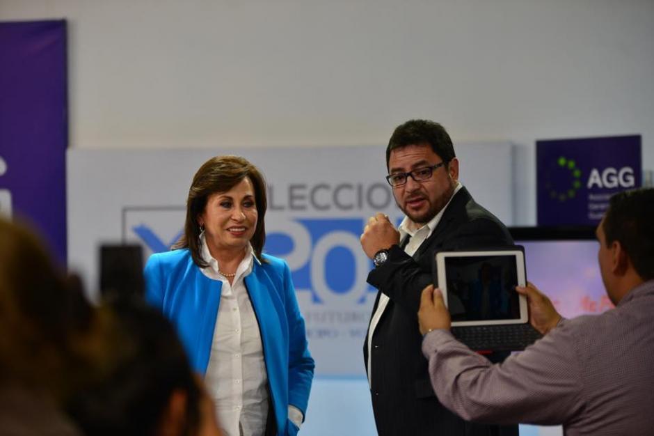 El ex ministro del Interior, Carlos Menocal da asesoría a Sandra Torres durante las pausas comerciales. (Foto: Jesús Alfonso/Soy502)