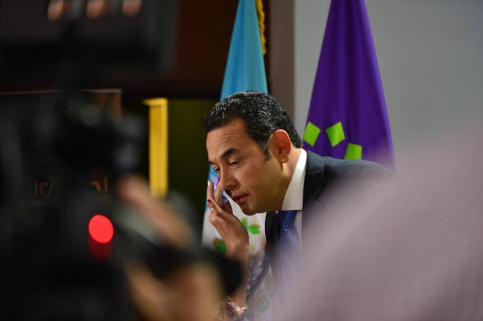 Jimmy Morales de FCN-Nación recibió un retoque de maquillaje durante la pausa comercial del debate. (Foto: Jesús Alfonso/Soy502)