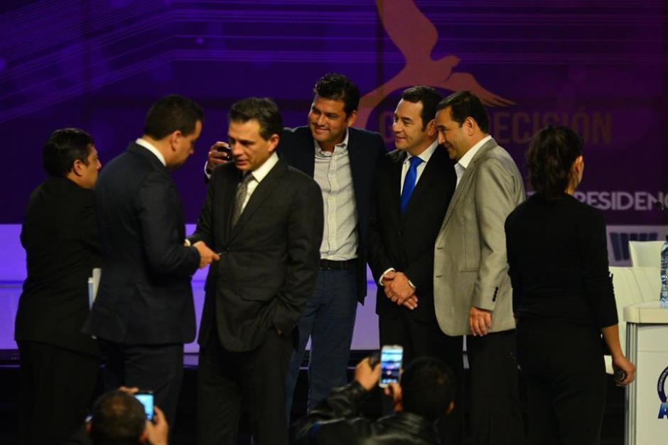 Los hermanos Morales se toman fotografías con los pastores evangélicos después del debate. (Foto: Wilder López/Soy502)